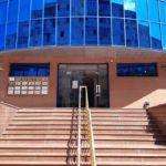 Вход в здание со стороны домов, 1 этаж 6 аудитория